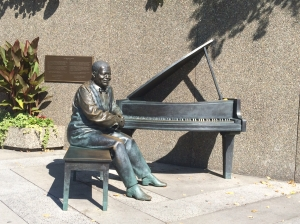 Illustration: Photo of sculpture of legendary jazz musician, Oscar Peterson, in downtown Ottawa